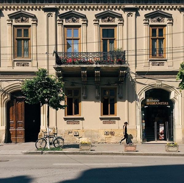 Strada Universităţii. Sursa foto: theguardian.com/cities/2016/mar/25/framing-city-doors-windows-cluj-napoca-romania-transylvania-in-pictures