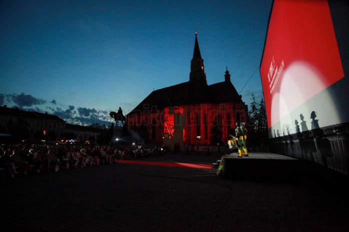 Acrobații la 45 de metri înălțime, la deschiderea TIFF 2016. Piața Unirii a fost plină – VIDEO