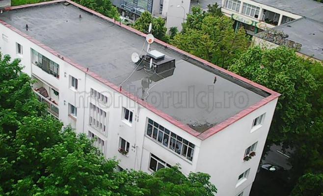 """""""Piscină"""" pe acoperișul unui bloc din cartierul Gheorgheni"""