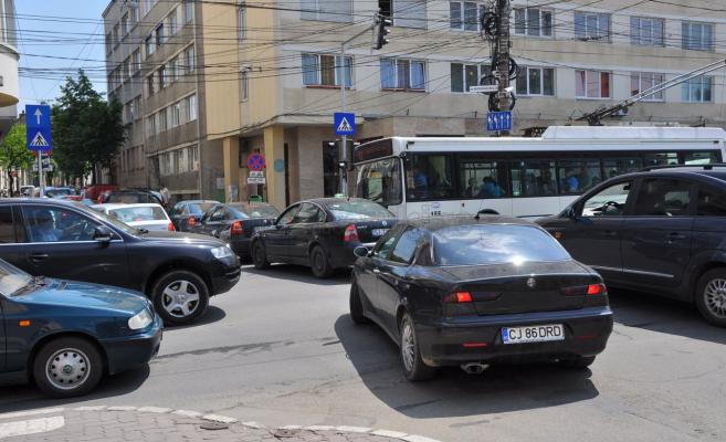 Ambuteiaj format la intersecția străzilor Gheorghe Șincai și Memorandumului.