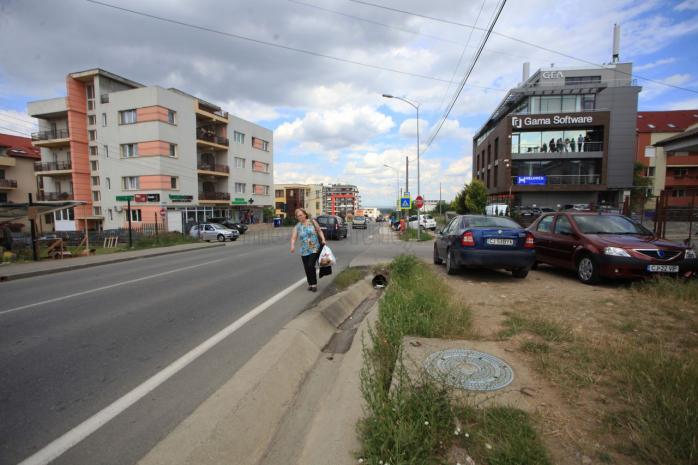 Aşa arată strada Bună Ziua: cu trotuar pe o parte şi şanţ pe alta. Foto Saul Pop