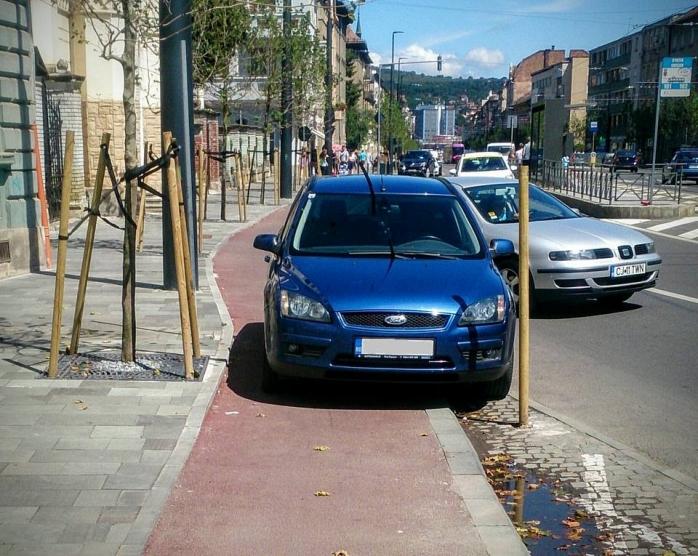 O altă zonă cunoscută în municipiul Cluj – Napoca unde pistele de biciclete sunt mai mereu ocupate de maşini este şi strada Horea. Sursa foto: Facebook Lehel-György Luka