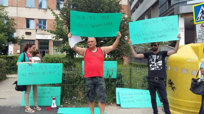 Protest anemic împotriva fermei de pui din Florești