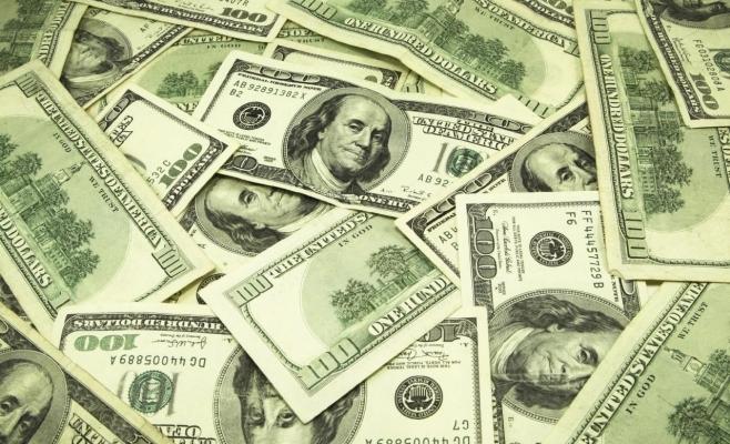 Dolarul a pierdut peste trei bani