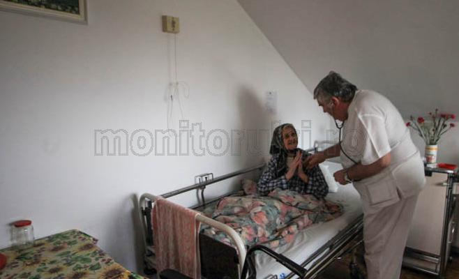 Doctorul Szentagotai Lorant sta de vorba cu o batranica. Foto Saul Pop