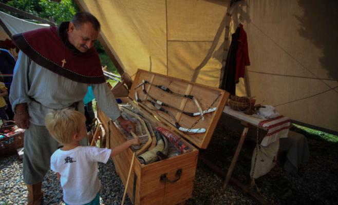 Un copil priveşte arme medievale. Foto Saul Pop