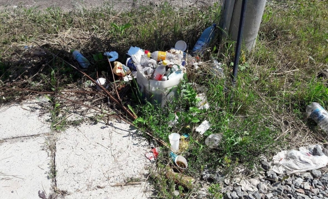 Staţia de autobuz de la capătul de linie cu numărul 42, plină de gunoaie. Sursa foto: Tompos Laszlo