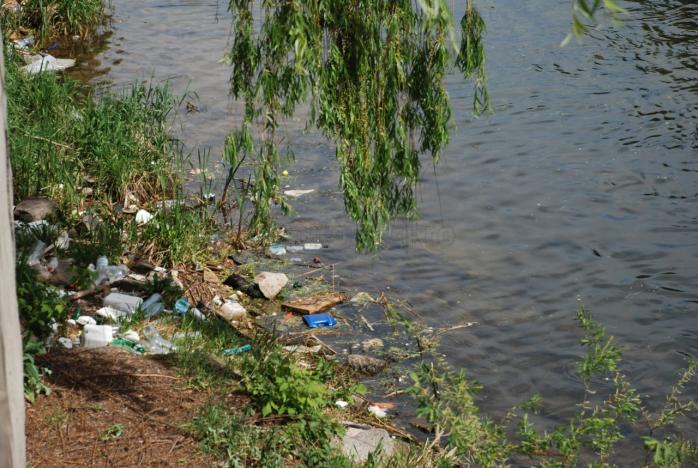 Cum rezolvă autorităţile problema jegului de pe Someş: pun stăvilare pentru gunoaie