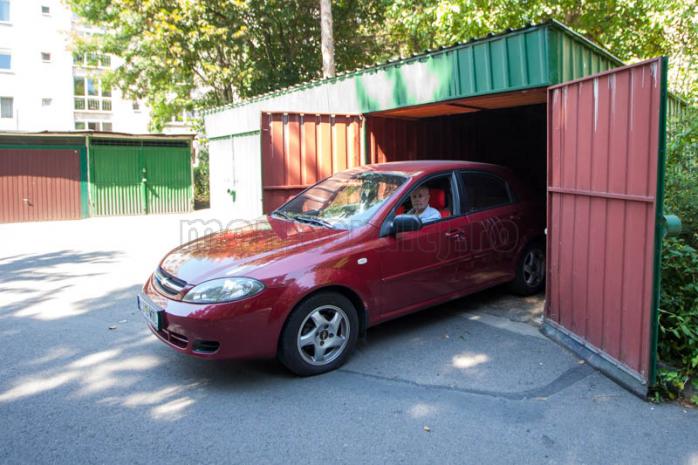 Vasile Burdea, la volanul maşinii sale.