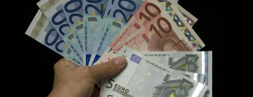 Euro la minimul ultimelor cinci săptămâni