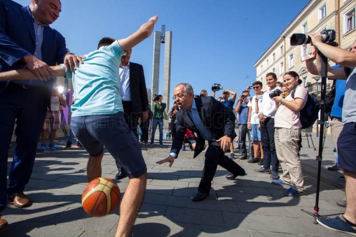 Boc şi Mircea Bravo au jucat baschet pe Eroilor. Foto: Saul Pop