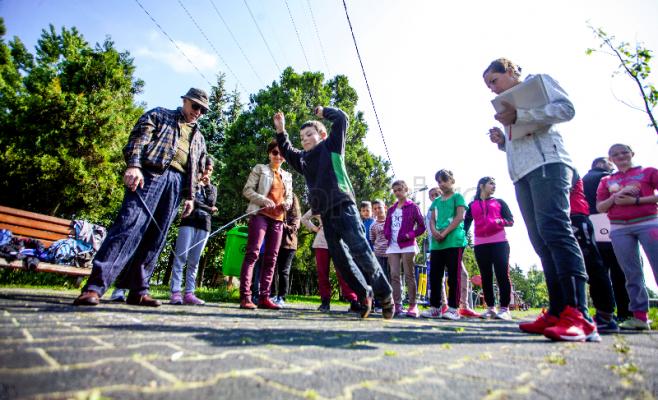 Elevii fug, dar nu la educaţie fizică. Foto Saul Pop