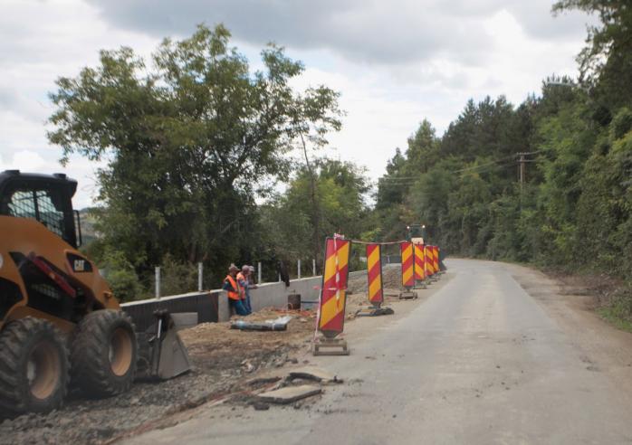 Joi, o parte din muncitori stateau pe marginea drumului in loc sa munceasca. Foto Saul Pop