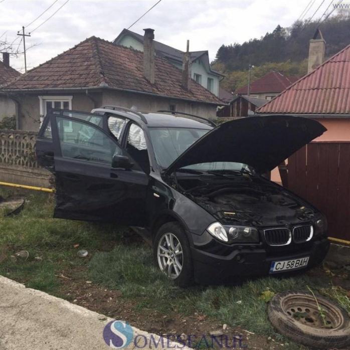 BMW-ul s-a răsucit de câteva ori pe carosabil, aterizând ulterior pe gardul de beton al unui imobil. Sursa foto: someseanul.ro
