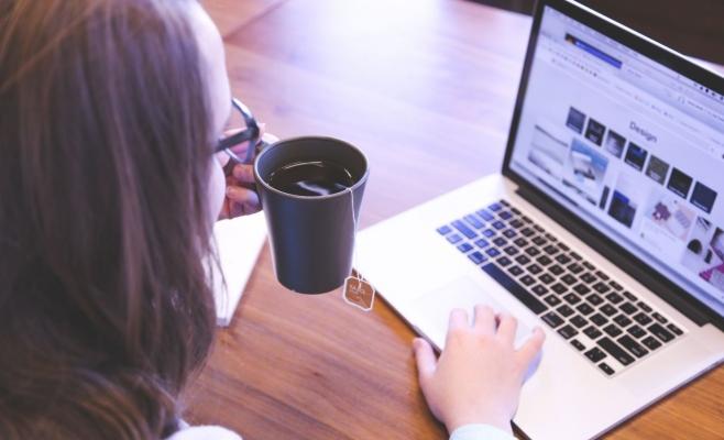 Device-urile şi reţelele sociale se interpun între utilizatori şi realitatea efectivă, subliniază regizorul. FOTO startupstockphotos.com