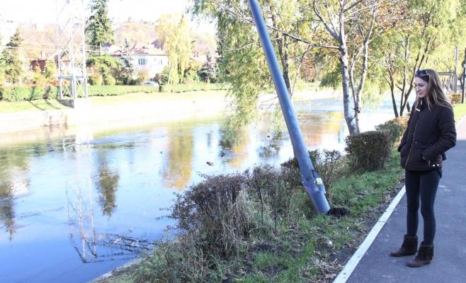 Anca a revenit, alături Monitorul de Cluj, în locul de unde taxi-ul în care se afla a plonjat în Someş. FOTO Ovidiu Cornea