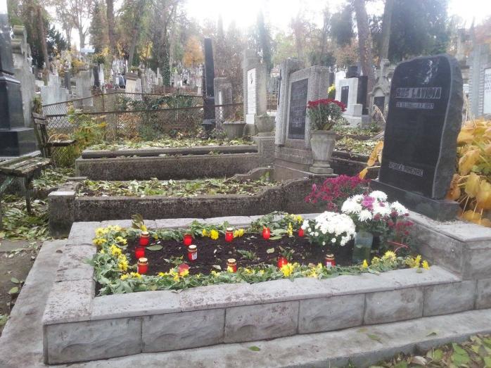 Mormintele din Cimitirul Central au fost amenajate de apropiaţii celor decedaţi cu flori şi lumânări.