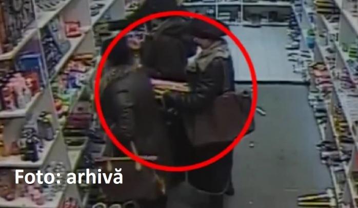 Femeia a fost prinsă în timp ce fura un produs cosmetic. Sursa foto: arhivă Monitorul de Cluj