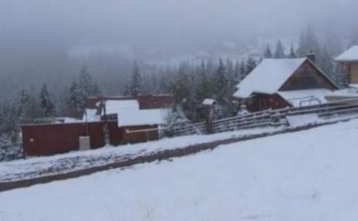 Din cauza ninsorii abundente, aproximativ o sută de persoane au rămas blocate în staţiunile montane din judeţul Cluj. Foto: Arhivă