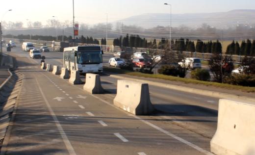 Bicicliştii au la dispoziţie o suprafaţă egală cu cea destinată autovehiculelor. FOTO Ovidiu Cornea