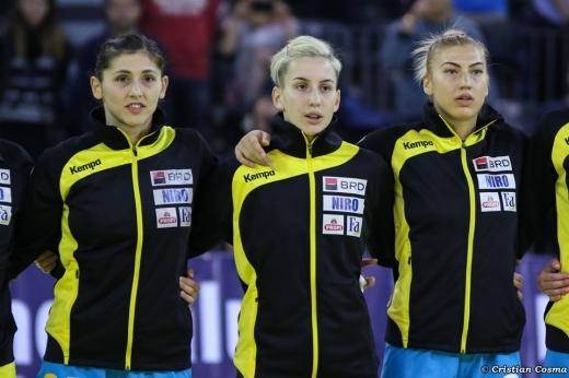 Cristina Laslo (în centru) încadrată de Florina Chintoan (în stânga) şi Laura Popa. FOTO Facebook FRH