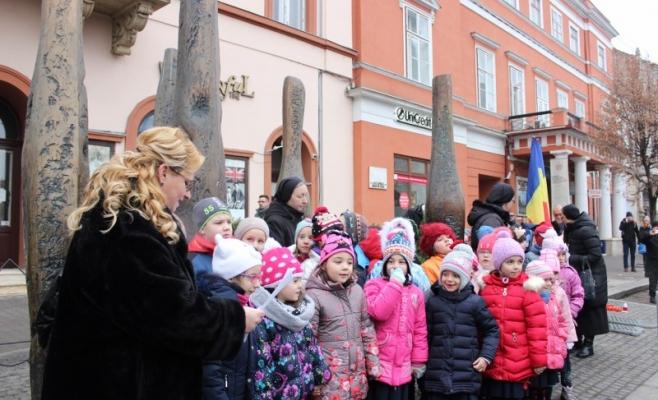 Un grup de elevi a intonat colinde la evenimentul de comemorare a revoluţiei la Cluj. FOTO O.C.