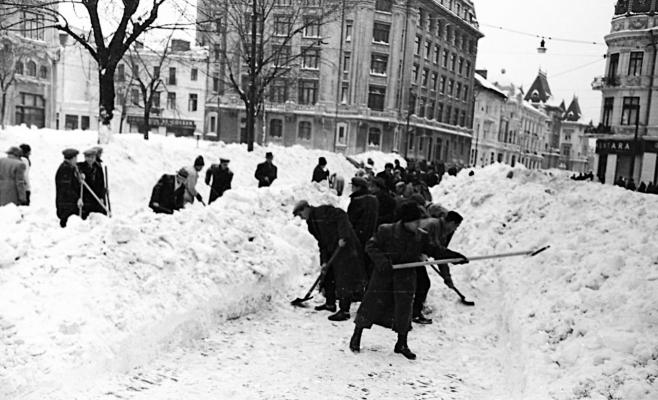 Foto Constantin Zamfir, Agerpres. Locuitori ai Bucureştiului, militari şi oameni din alte zone ale ţării au deszăpezit străzile oraşului.