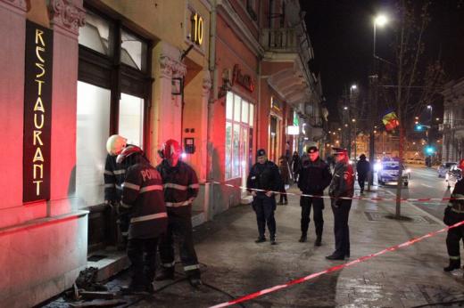 Pompierii au securizat pentru aproximativ o jumătate de oră trotuarul. FOTO Ovidiu Cornea