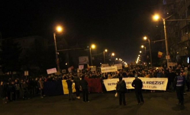 Mulţimea ajunsă în Mănăştur a staţionat şi la sensul giratoriu dintre străzile Câmpului-Islazului şi varianta Zorilor-Mănăştur