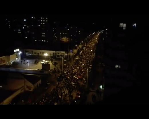 Protestatari care intră la un supermarket din Mărăști