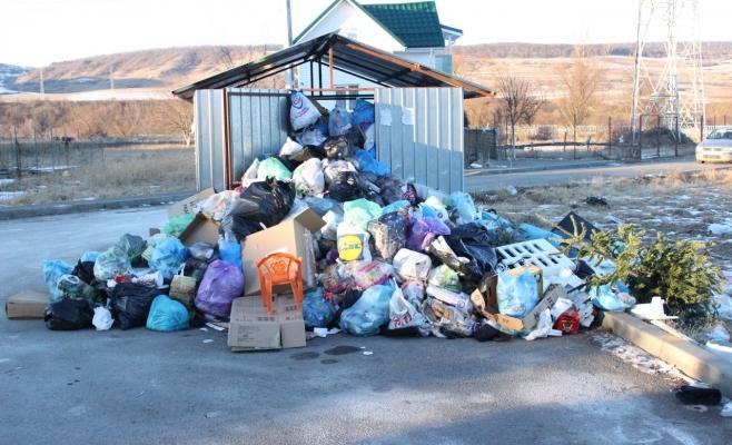 Oamenii au fost nevoiţi să depoziteze gunoiul menaje în afara ghenelor