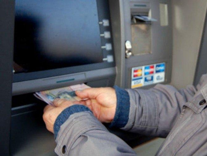 Barbatul a vrut sa scoata bani de la bancomat