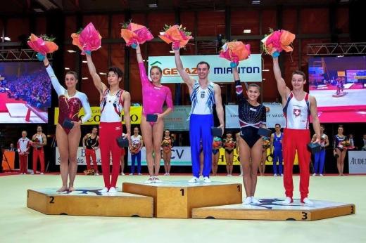 Larisa Iordache (a treia din stânga) pe podium. În dreapta ei, campionul olimpic Oleg Verniaev