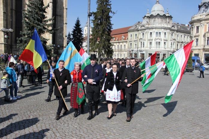 Coloana de participanţi s-a îndreptat de la biserica Sfântul Mihail spre casa Biasini, unde au avut  loc discursurile şi depunerea de coroane. FOTO Ovidiu Cornea