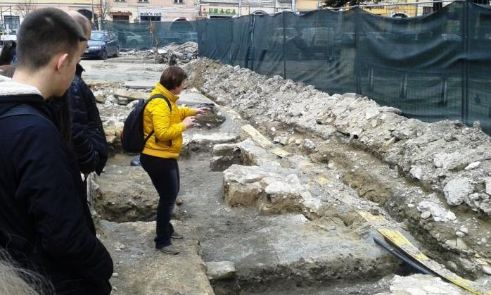 Săpăturile pentru modernizarea Pieţei continuă acum acum sub ochii vigilenţi ai arheologilor. FOTO Ovidiu Cornea