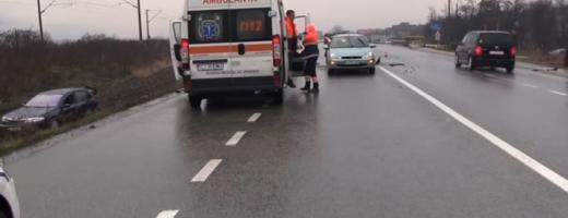 Un autoturism a fost proiectat în afara carosabilului în urma celui de-al doilea accident. FOTO captură video / Szabo Szilard