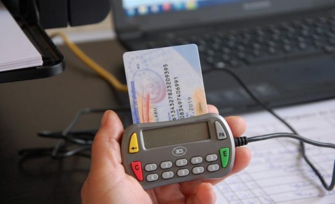 Cardul de sănătate ar urma să fie eliminat după emiterea Cărţilor de Identitate Electronice. FOTO olttv.ro