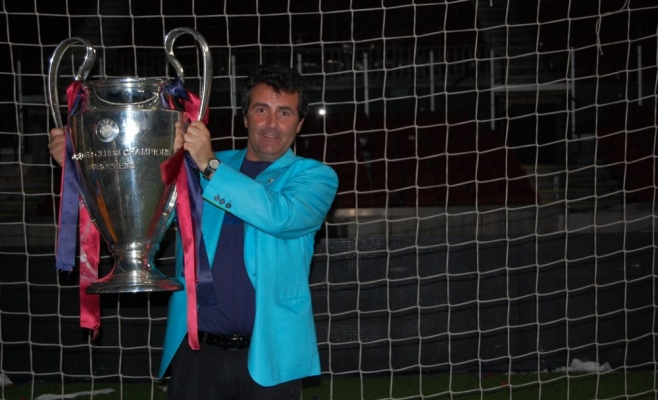 Xavier Sala-i- Martin, cu trofeul Ligii Campionilor câştigat de Barcelona în 2009. FOTO columbia.edu