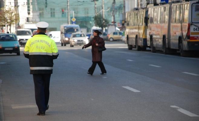 Polițiștii avertizează că persoanele care traversează neregulamentar o fac pe proprie răspundure şi îşi asumă un risc real. Dacă se încumetă la gestull respectiv, trebuie să se asigure în mod repetat. FOTO Arhivă