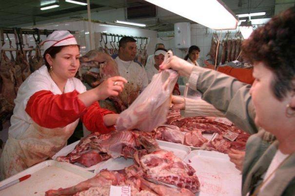 De teamă să nu rămână cu marfa nevândută, comercianţii nu au crescut preţul la carnea de miel şi ouă  sursa foto capital.ro