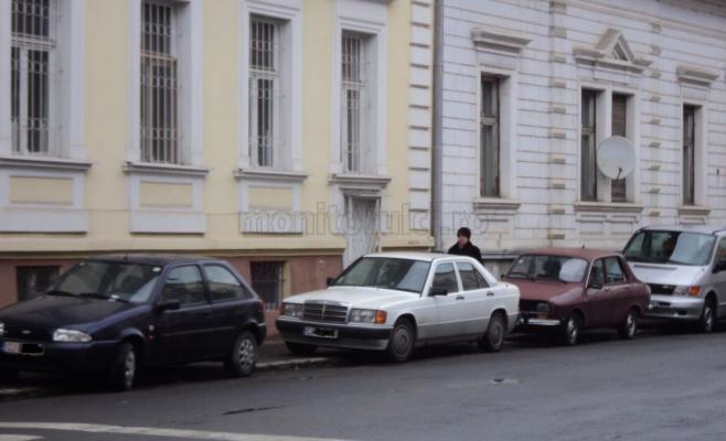 Una dintre cele mai dese reclamaţii se referă la trotuarele din Centru care sunt veşnic ocupate de maşini