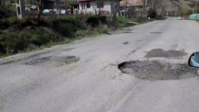 Drumul care leagă Gherla de Ţaga, plin de cratere. Autorităţile se laudă că l-au reabilitat.