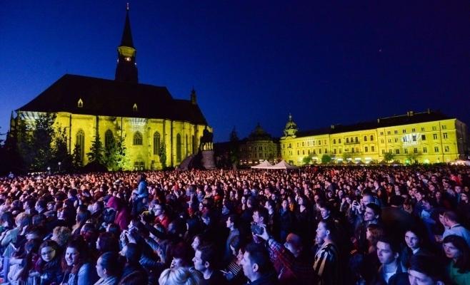"""Prima zi a festivalului (joi, 25 mai) începe cu un spectacol de teatru. Festivalul se va desfășura în 30 de locuri din oraș şi va cuprinde peste 100 de evenimente.    Piața Unirii va găzdui în fiecare seară câte un spectacol tematic, astfel: Joi, 25 mai, ora 21:00, în prima zi a festivalului - Teatrul Național Cluj-Napoca va ieși în spațiul public cu spectacolul """"Insula"""" după Gellu Naum. Un spectacol-concert cu cei mai îndrăgiți actori clujeni după muzica Adei Milea, scenografia Valentin Codoiu, asistent regie Andreea Iacob. Vineri, 26 mai, ora 18:00 – clujenii sunt aşteptaţi să ia parte la o experiență muzicală desăvârșită unde aproximativ 1500 de elevi din Cluj-Napoca se vor reuni alături de Young Famous Orchestra formând cel de-al patrulea eveniment de community building, după conceptul educațional al prof. Anamaria Eli. Invitați speciali: Ilinca Băcilă&Alex Florea și tânăra Katia. Tematica zilei de vineri va fi adresată în mod special tinerilor, dar și sufletelor tinere, astfel va continua cu concerte susținute de Arpy & Zip Band, Ilinca Băcilă&Alex Florea, Direcția 5, Alternosfera, Zdob și Zdub. Seara se va încheia cu un impresionant spectacol de video mapping. Sâmbătă 27 mai, începând cu ora 19:00 – festivalul va continua cu tradiționala seară de muzică clasică din cadrul Zilelor Clujului. Vor împărți aceeași scenă Academic Bigg Dimm a' Band, orchestra și soliștii Academiei de Muzică """"Gheorghe Dima"""", Opera Națională Română Cluj-Napoca și Opera Maghiară Cluj, sub egida """"Gala Operelor Clujene"""". Spectacolul va continua cu opera """"Carmina Burana"""" a Filarmonicii de Stat Transilvania alături de Cristina Păsăroiu, Ștefan von Korch, Florin Estefan, dirijor: David Crescenzi. Seara se va încheia la ora 22:45 cu un spectacol de artificii. Un alt moment cheie al zilei de sâmbătă va fi """"Parada Zilelor Clujului"""".  Duminică, 28 mai, va fi ziua dedicată tradițiilor și folclorului. Astfel,  începând cu ora 14:00, cei mai îndrăgiți interpreți de muzică populară îi vor încânta pe"""
