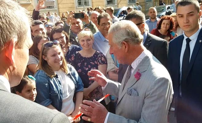 Prinţul Charles a făcut o baie de mulţime la ieşirea de la UBB