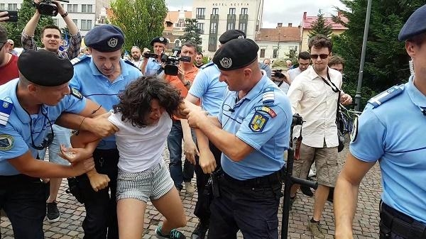 Incident la mitingul organizat de Noua Dreaptă în Cluj-Napoca. O tânără a fost târâtă pe jos de jandarmi – VIDEO