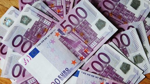 Euro crește, dolarul scade