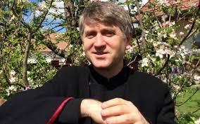 Preotul Pomohaci, cercetat pentru racolare de minori în scopuri sexuale, cere autosuspendarea din preoţie. Acesta invocă motive medicale