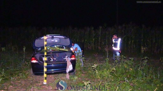 """Accident la intrare în localitatea Căşeiu. Un BMW a """"zburat"""" prin lanurile de porumb."""