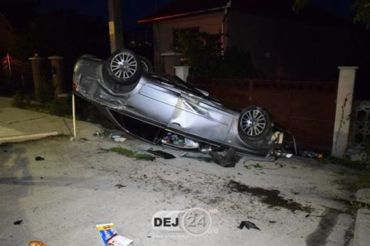 ACCIDENT în localitatea clujeană Urișor. Un autoturism s-a izbit violent de un capăt de podeț.   sursa foto dej24.ro
