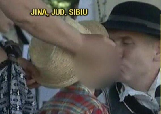 La Jina, Pomohaci a sărutat pe gură un băiețel. Copilul a fost adus chiar de mama lui